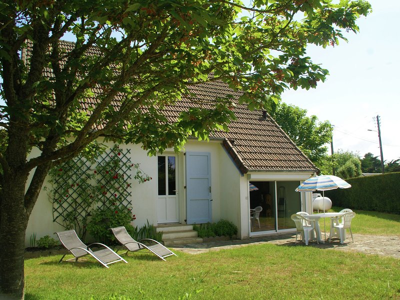 Cozy Holiday Home in Saint-Germain-sur-Ay with garden, holiday rental in Saint-Germain-Sur-Ay