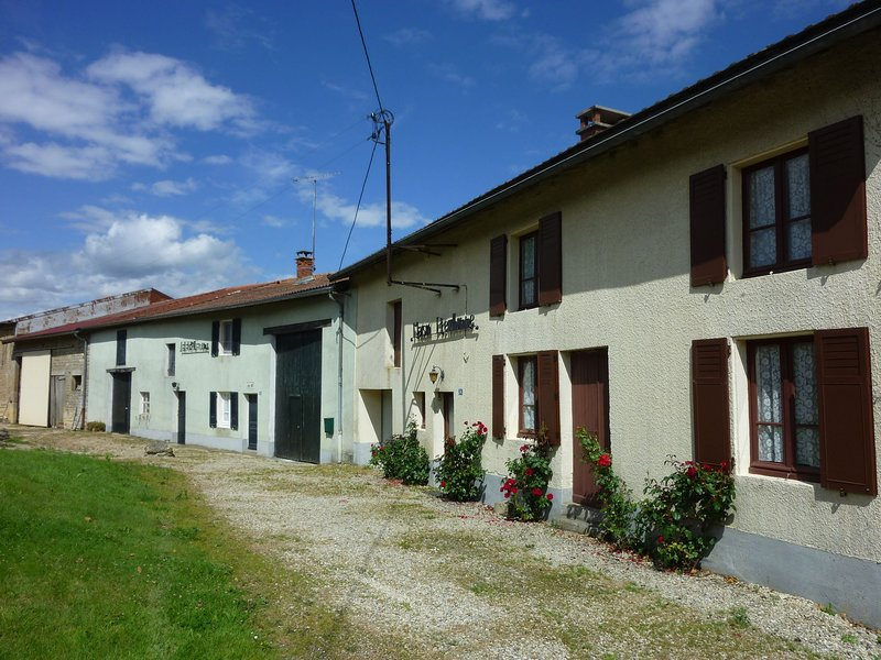 Romantic, authentic village house 30 minutes from Sedan, vacation rental in Nouart