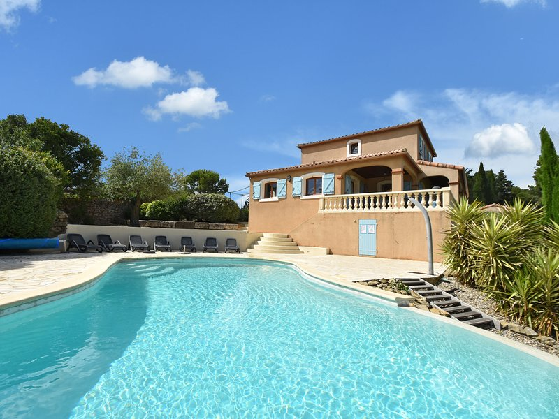 Villa with heated pool, jacuzzi, sports field and stunning views, vacation rental in Fabrezan