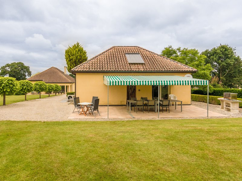 Modern holiday home with swimming pool near Monbazillac and the vineyards., location de vacances à Monbazillac