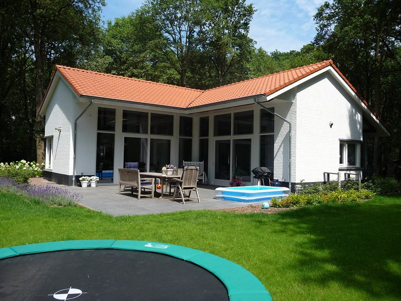Modern country house with a fireplace at the Bedafse Bergen, vacation rental in Vorstenbosch