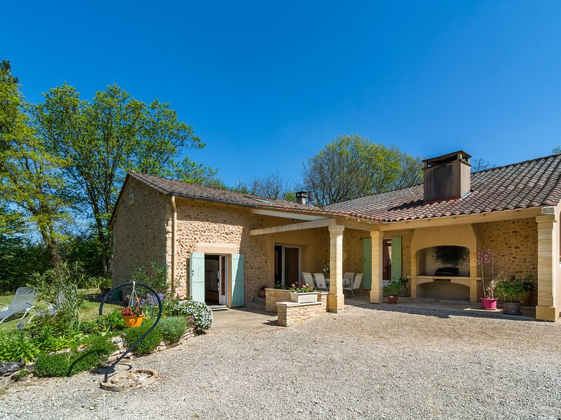 Rural holiday home with beautiful forest, not far from Périgueux (15 km), vacation rental in Notre-Dame-de-Sanilhac