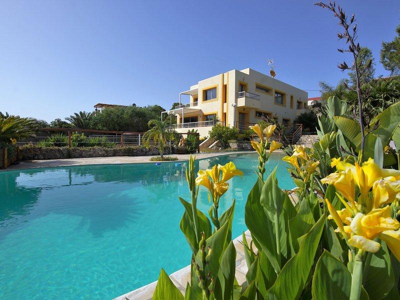 Spacious modern villa, with beautiful waterfall in Talamanca near Ibiza town!, casa vacanza a San Carlos