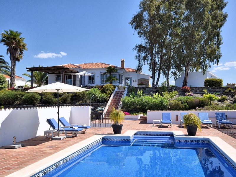 Gorgeous Villa in Sayalonga Costa del Sol with Swimming Pool, holiday rental in Carraspite