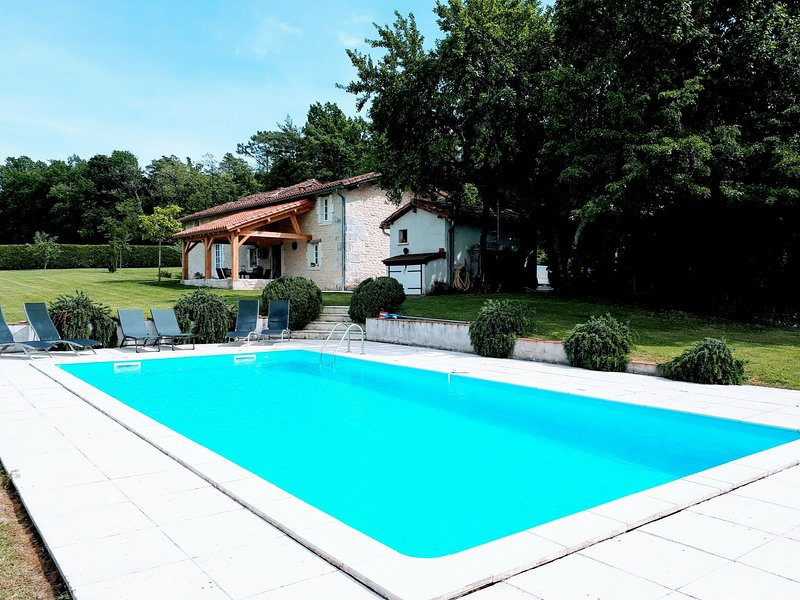 Beautiful holiday home with swimming pool, walking distance from the centre of V, location de vacances à Verteillac