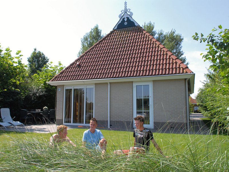 Detached bungalow with whirlpool and solarium, in nature, holiday rental in Earnewald