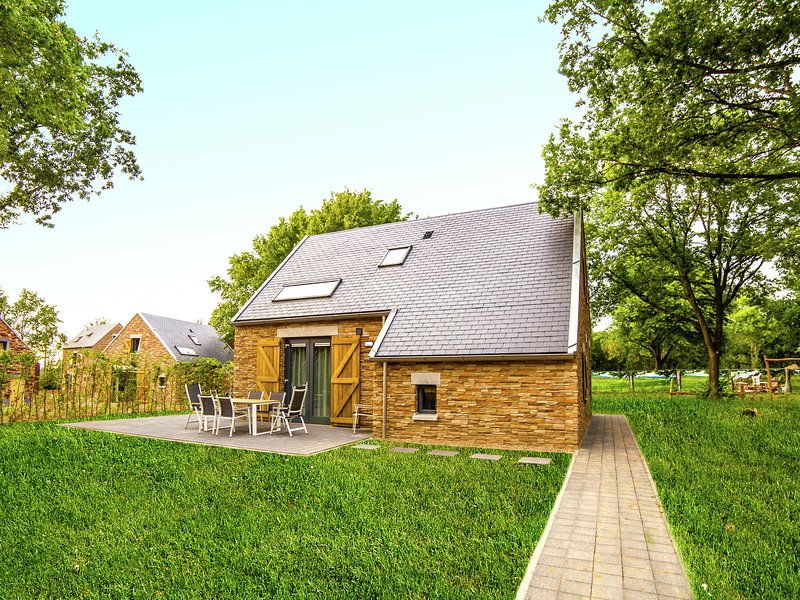 Comfortable villa with two bathrooms, 4 km. from Maastricht, location de vacances à Rekem
