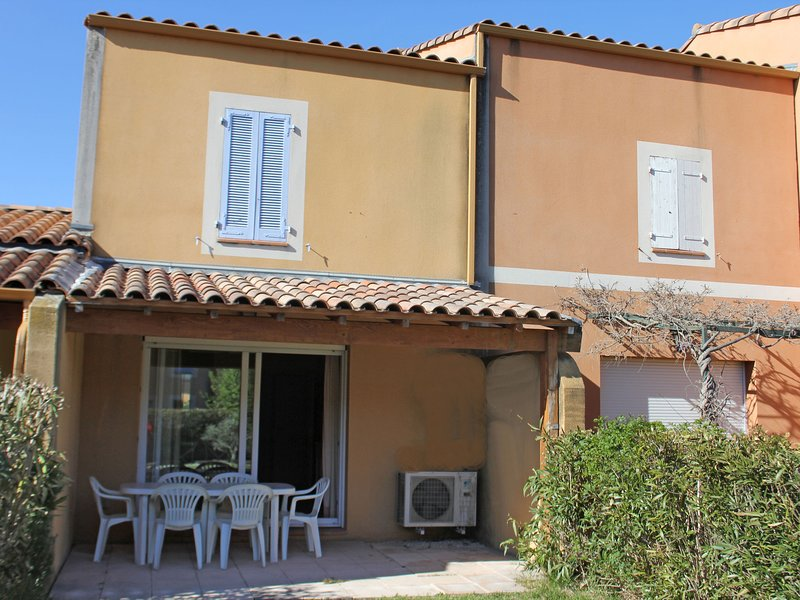 Spacious Holiday Home  in Arles with Swimming Pool, holiday rental in Raphele-les-Arles