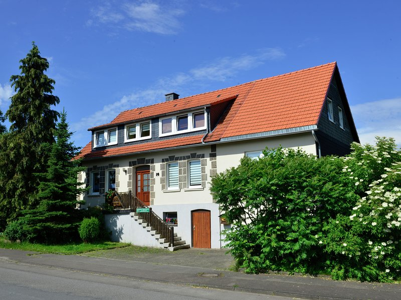 Large apartment in the Hochsauerland region in a quiet location with garden and, holiday rental in Heringhausen