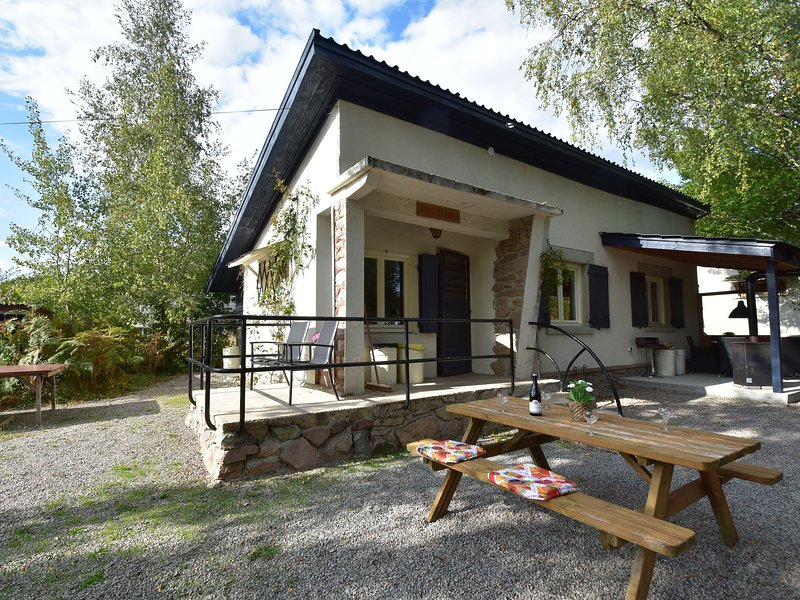 Holiday home with covered terrace at the edge of the Parc Regional du Morvan, holiday rental in Verneuil