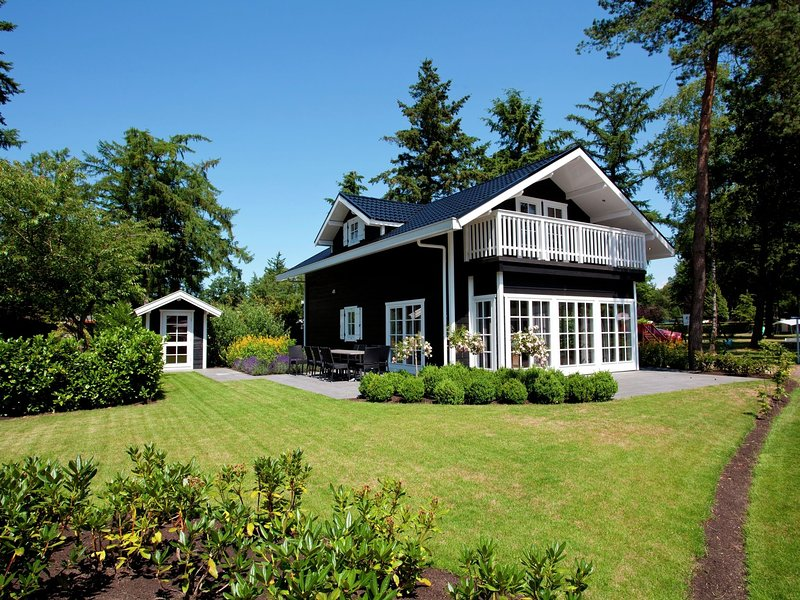 Detached chalet with dishwasher, in the middle of De Veluwe, casa vacanza a Lunteren