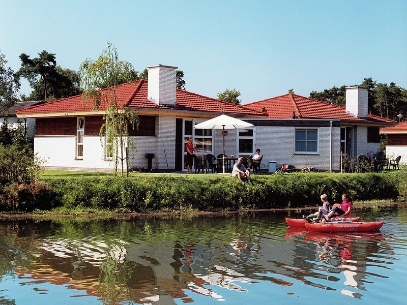 Comfortable holiday home by the water at a recreational lake, alquiler vacacional en Swolgen