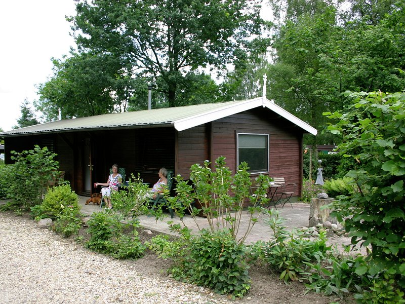 Cozy furnished chalet with a microwave, in the Achterhoek, alquiler vacacional en Uelsen