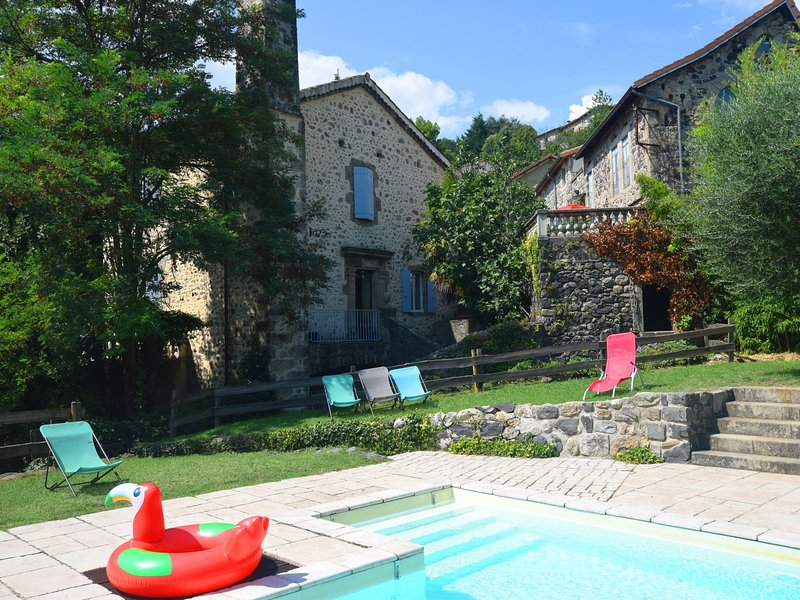 Semi-detached house with a large grass garden, pool and next to the Ardèche, holiday rental in Prades
