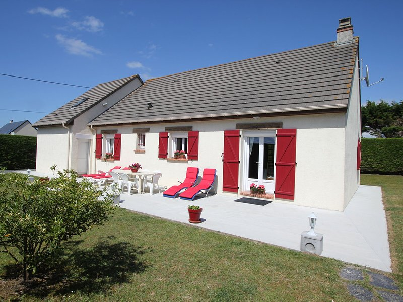 Attractive, detached holiday home, situated at only 300 m from the sea and the s, vacation rental in Denneville