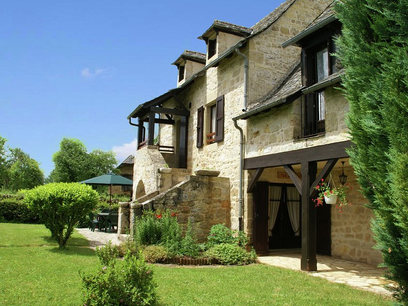 Vintage Holiday Home in Muret-le-Château with Garden, vacation rental in Nauviale