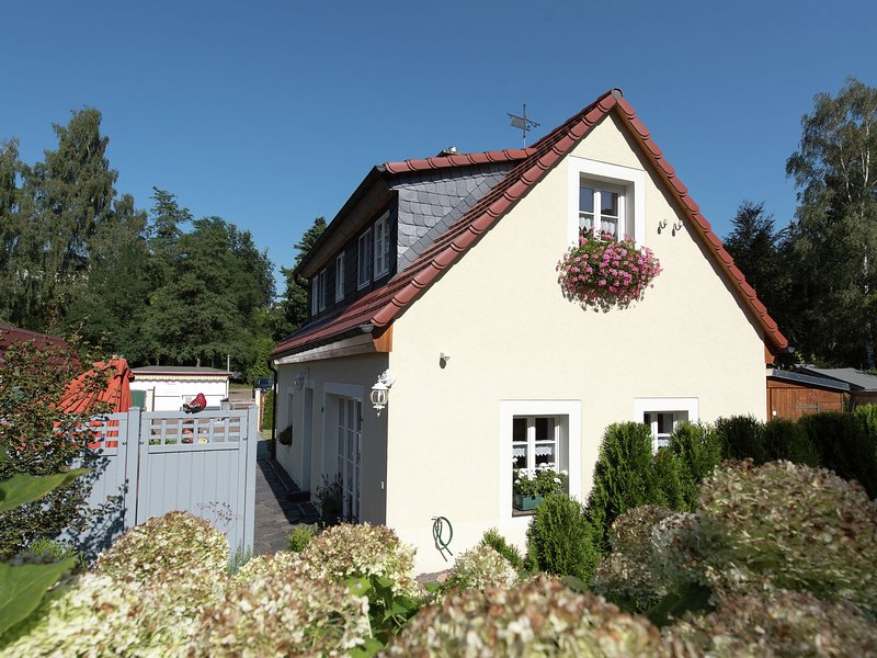 Historical and comfortable holiday home in Saxony with stove and terrace, holiday rental in Freiberg