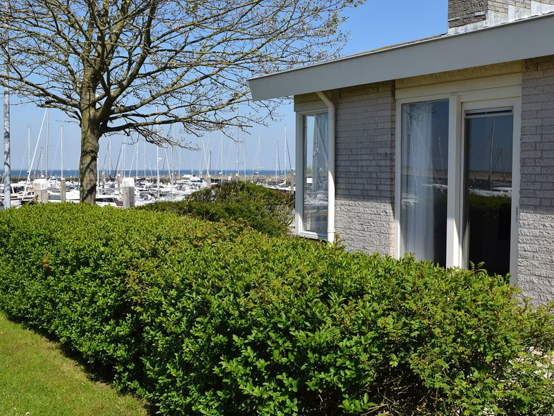 Detached, 5-person holiday home with sauna and stunning views, holiday rental in Wissenkerke