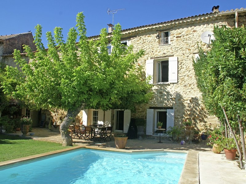 Quaint Holiday Home with Private Pool in Piolenc France, holiday rental in Piolenc