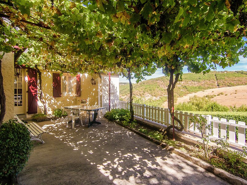Quaint House near Forest in Chasteaux, holiday rental in Chartrier-Ferriere