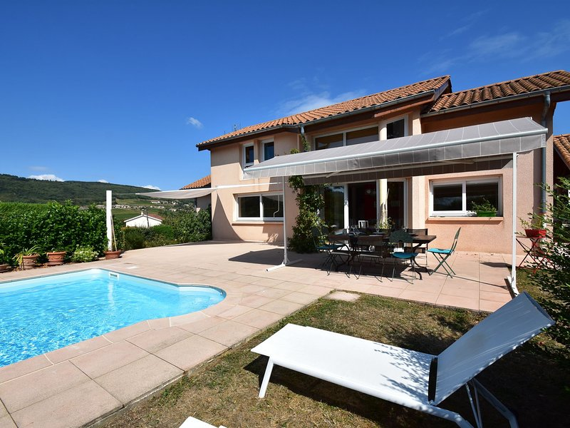 Idyllic villa in Leynes with swimming pool, holiday rental in Chaintre