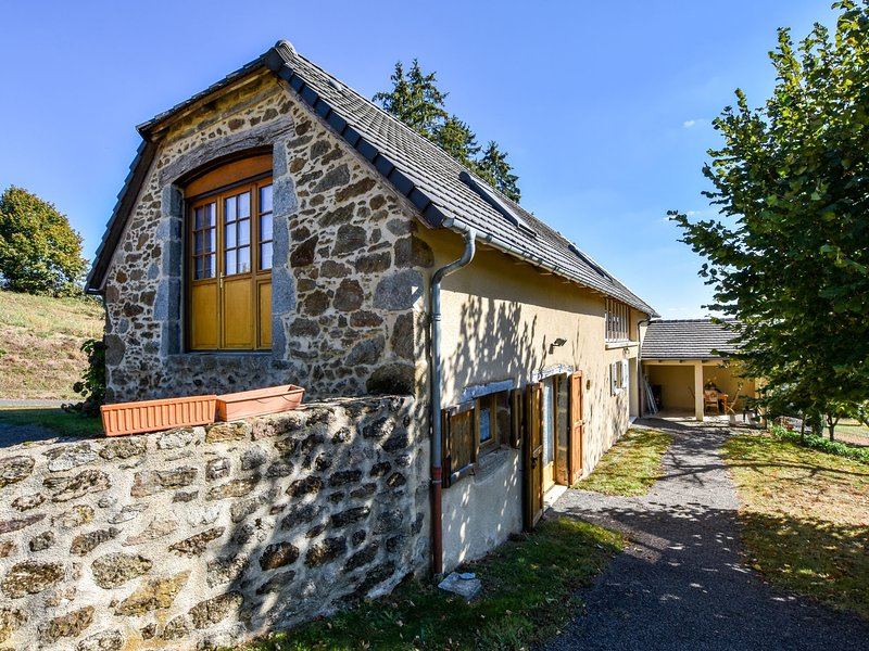 Former farmhouse fully renovated with garden, near the Auvergne volcanoes, vacation rental in Junhac