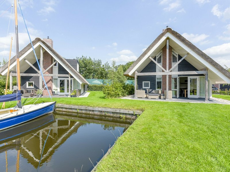 Thatched water villa with microwave, in the Sneekermeer area, Ferienwohnung in Idskenhuizen