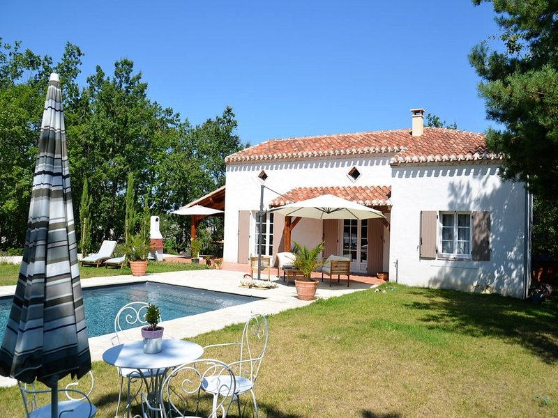 Stunning villa with private swimming pool and large garden, holiday rental in Tournon-d'Agenais