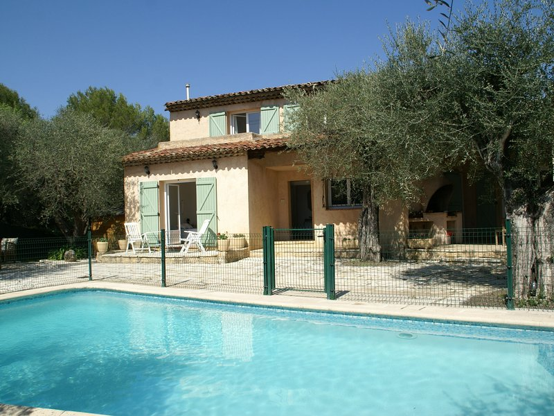 Spacious villa with fenced garden, private swimming pool, and nearby Grasse!, vacation rental in La Roquette-sur-Siagne