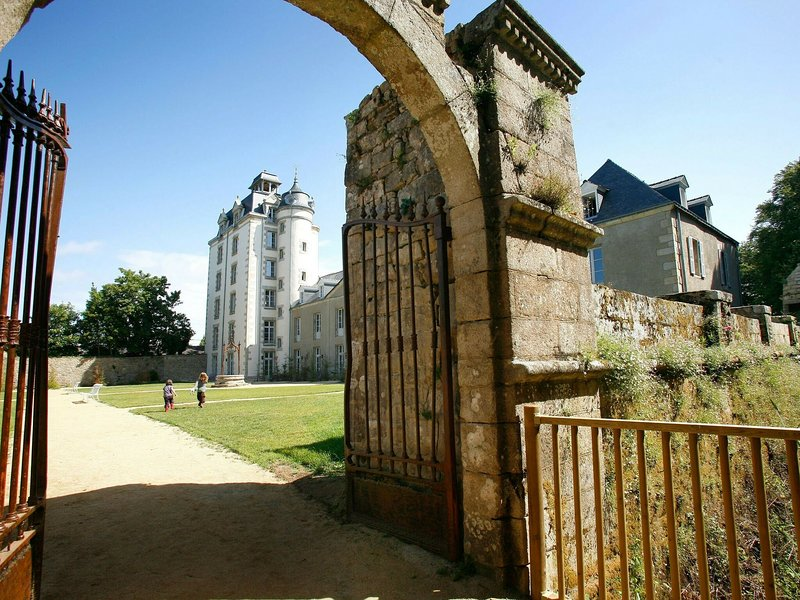 Nice studio in a castle not far from the Breton beaches, holiday rental in Belz