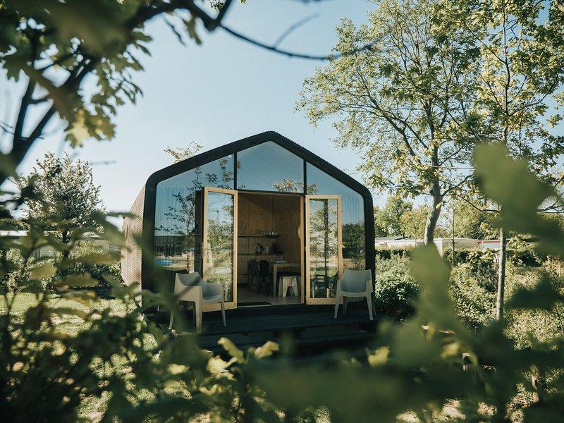Lovely cabin made of cardboard, in seaside resort of Ouddorp, holiday rental in Goedereede