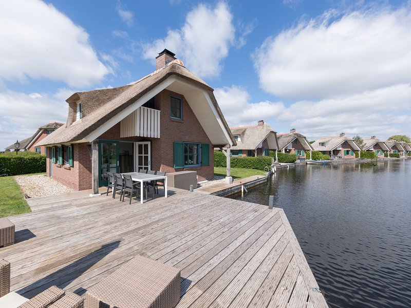 Stylish thatched villa with two dishwasher at Giethoorn, alquiler vacacional en Hasselt