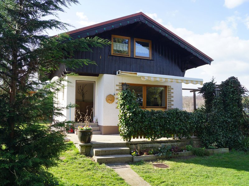 Holiday home in the Thuringian Forest with tiled stove, fenced garden and terrac, holiday rental in Hoerselberg-Hainich