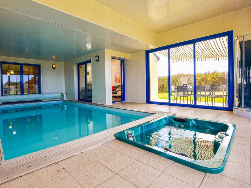 Beautiful villa with private swimming pool, jacuzzi, sauna and view on the sea!, holiday rental in Port-Manech