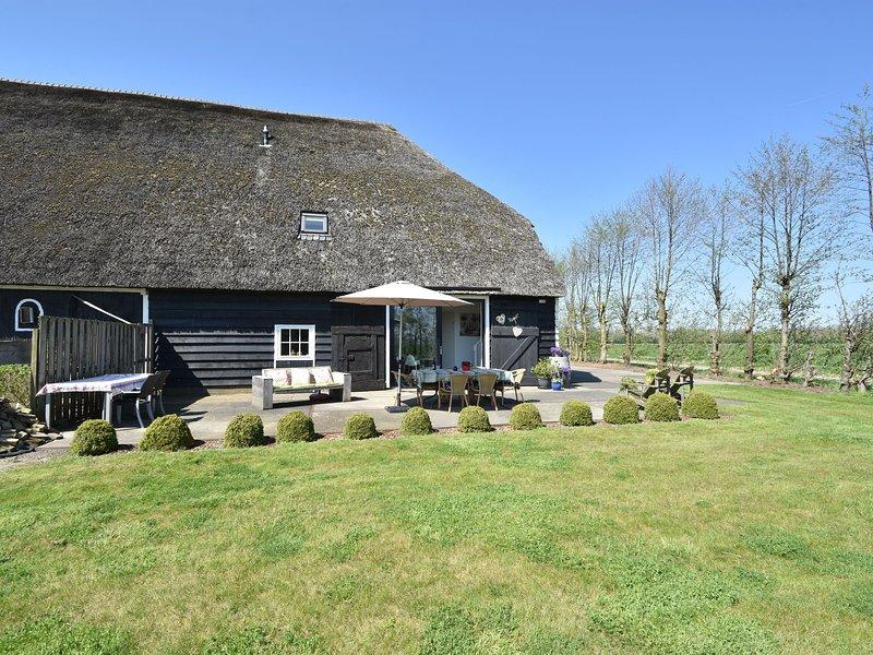 Atmospheric holiday home in a monumental Zeeland barn, alquiler vacacional en Geersdijk