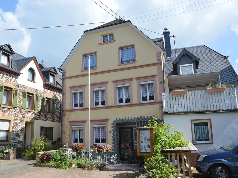 A semi detached holiday home for 8 persons, a stones throw from the Moselle., holiday rental in Neuerburg