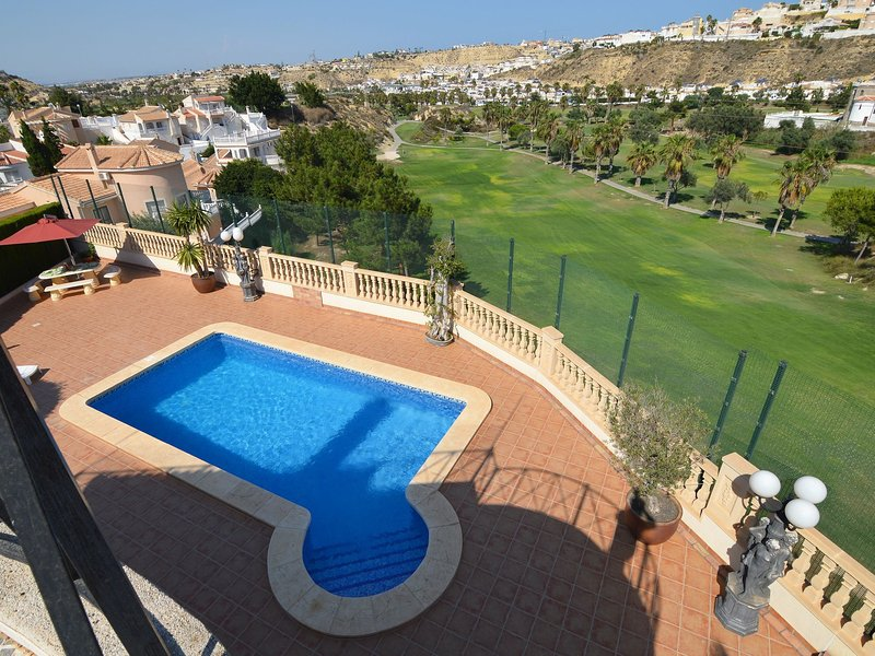 Detached villa with a swimming pool and amazing view of the La Marquesa golf cou, holiday rental in Ciudad Quesada