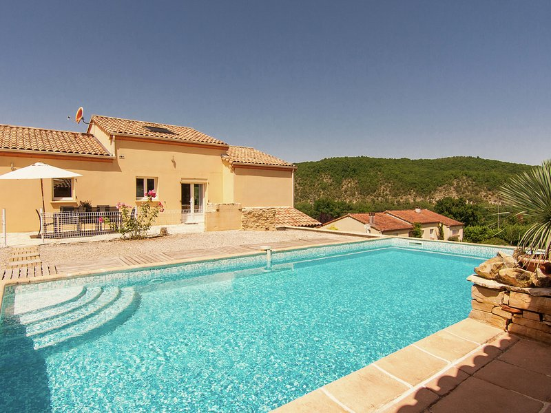 Peaceful Villa in Calamane with Private Swimming Pool, alquiler vacacional en Nuzejouls