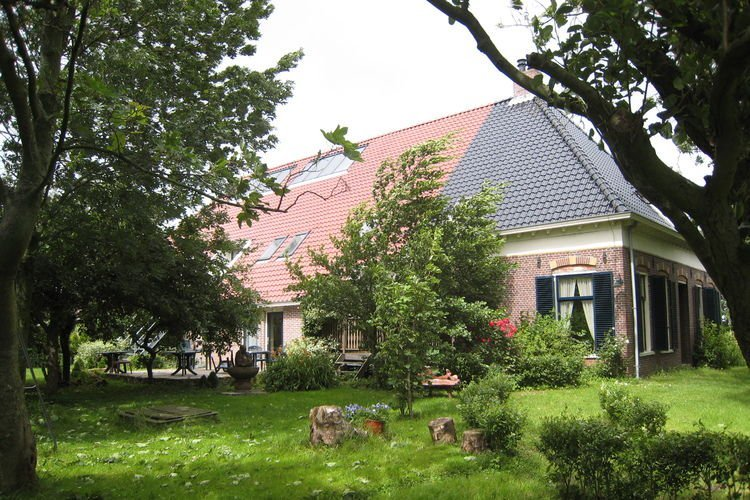 Authentic Farmhouse in Pingjum with Hot Tub, vacation rental in Makkum