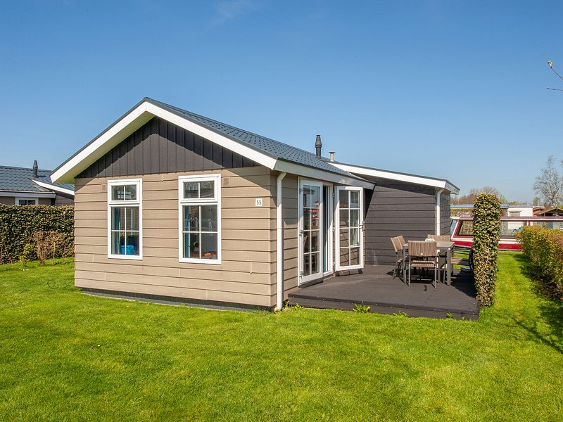 Modern lodge with an electric sloop, 2.5 km. from Giethoorn, alquiler vacacional en Hasselt