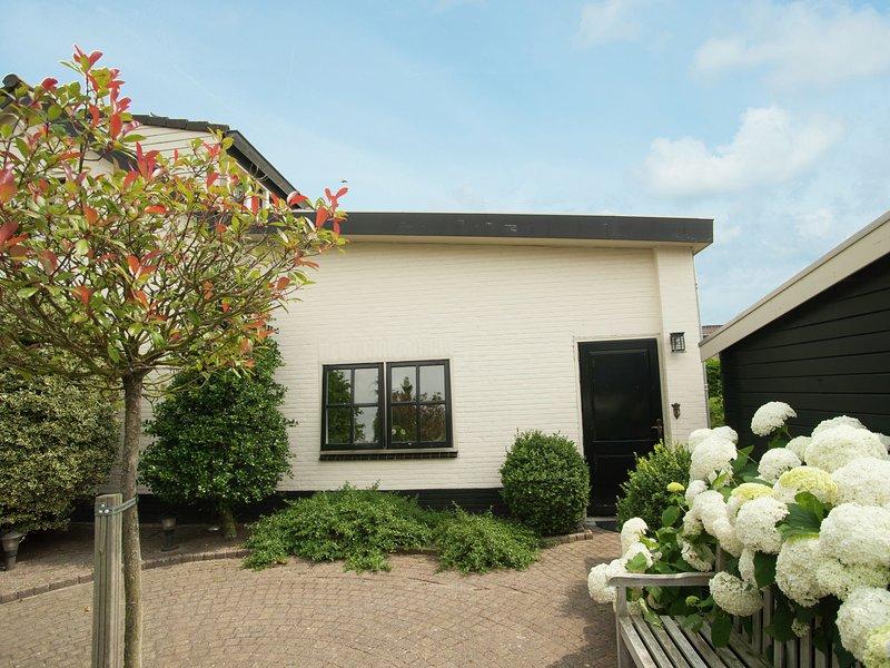 Quaint Summer Holiday Home in Egmond-Binnen with Garden, holiday rental in Heiloo