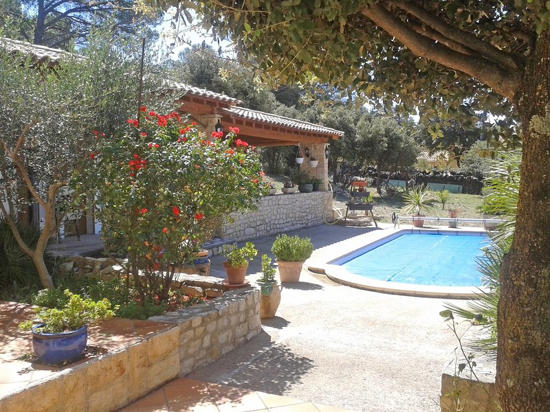 Attractive House in Uchaux France With Private Pool, location de vacances à Uchaux