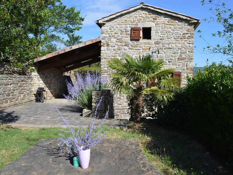 Wonderful holiday home with magnificent views and shared swimming pool, vacation rental in Les Salelles
