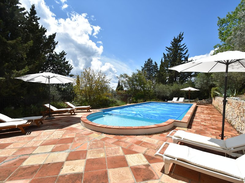 Upbeat farmhouse in Draguignan with terrace and garden with seating and barbecue, holiday rental in Figanieres