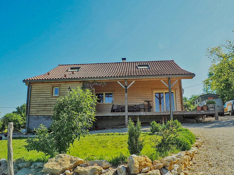New wooden house in a quiet location, just a few minutes from the river Lot, location de vacances à Sérignac