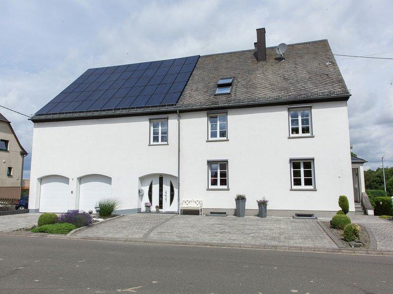 Beautiful Apartment in Morscheid-Riedenburg near Ski Trail, holiday rental in Schwollen
