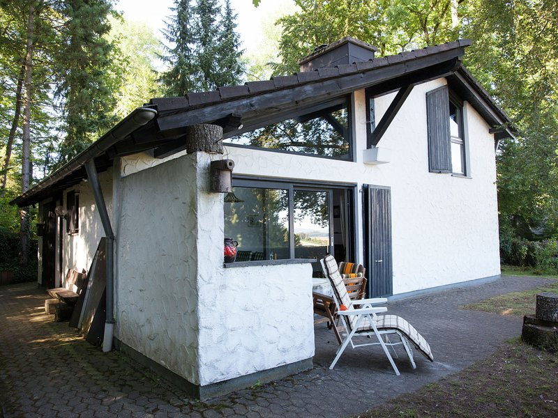 Detached house with piano, beautifully situated on the edge of the forest, vakantiewoning in Juenkerath