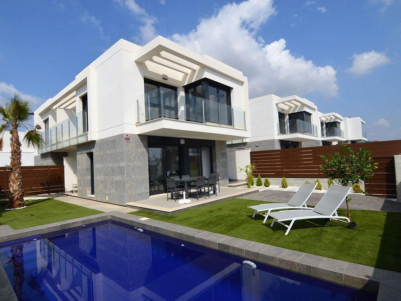 Luxury holiday home with air conditioning and private pool at Vistabella Golf, holiday rental in Algorfa