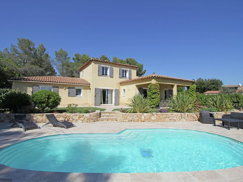 Spacious, luxury villa with private pool and billiard room, near idyllic village, holiday rental in Bagnols-en-Foret