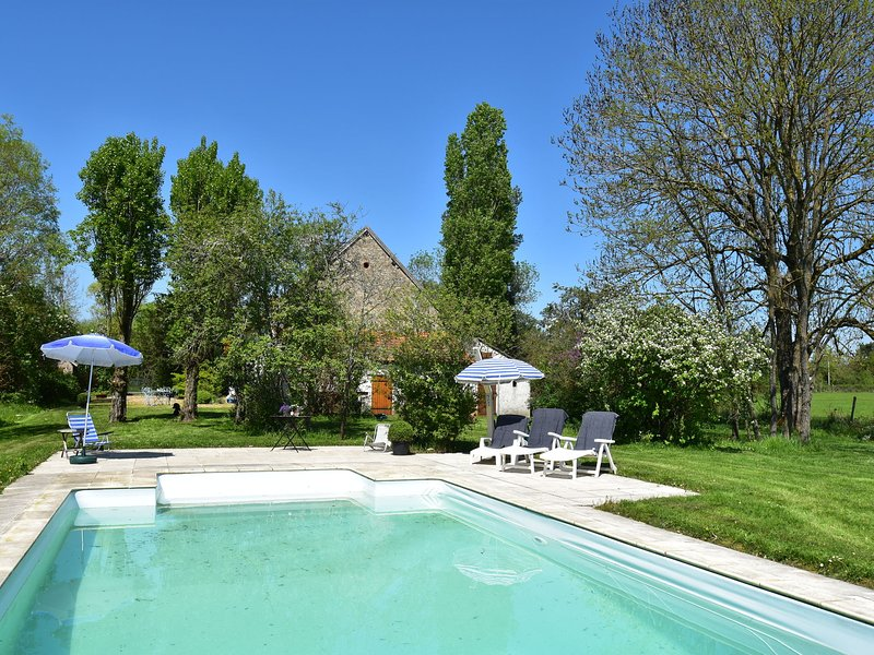 Modern Holiday Home in Burgundy With Swimming Pool, holiday rental in Le Veurdre